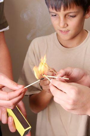 incendio casa: Tres muchachos naughty jugando con fuego en la casa  Foto de archivo