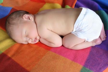 nazca: Beb� reci�n nacido ni�o acostado en una manta de color  Foto de archivo