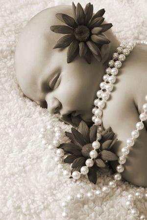 perlas: Hermoso beb� reci�n nacido ni�a con flores y perlas