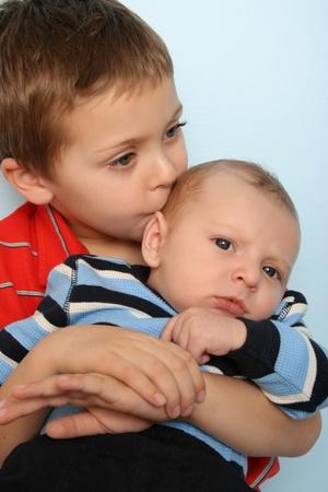 Bel ragazzo con suo fratello due mesi di età del bambino Archivio Fotografico - 8914808