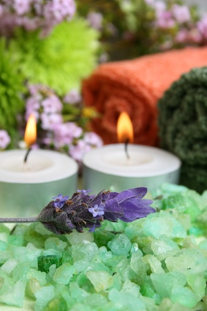 Spa Accessories setting with face cloths, jewelery and flowers  Banque d'images
