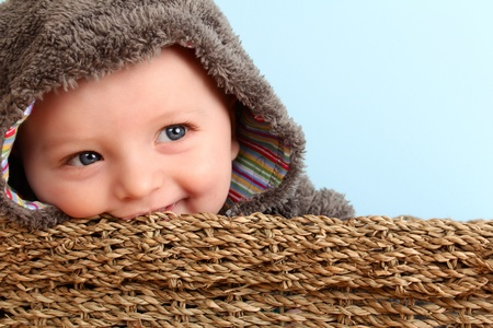 Lindo bebé que llevaba un traje esponjosa en la cesta