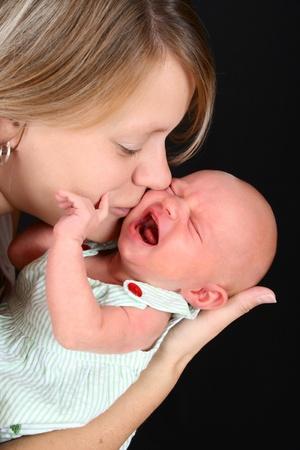 fille pleure: Belle m�re avec sa petite fille nouveau-n�