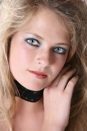 wild hair: Bella giovane modello femmina con capelli selvaggi