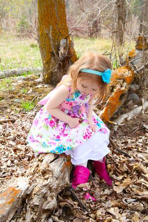 春のフィールドで遊ぶ少女