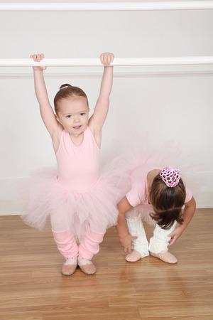 Schöne kleine Balletttänzer im Tanzstudio barre