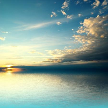 horizonte: Panorama de la puesta del sol del mar