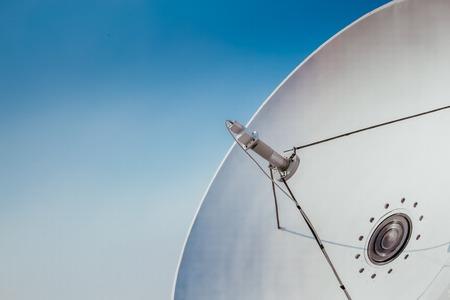 antenne parabolique et antennes de télévision sur le toit de la maison avec fond de ciel bleu