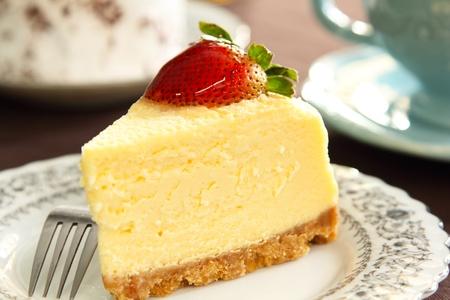 pudin: Pastel de queso con fresa en la parte superior