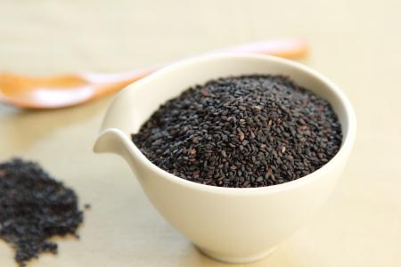 sezam: Czarny sezam w misce Zdjęcie Seryjne