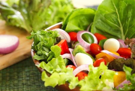 Gesunder Salat mit Wachteleiern