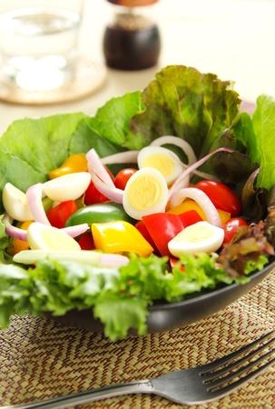 huevos de codorniz: Ensalada saludable con huevos de codorniz Foto de archivo