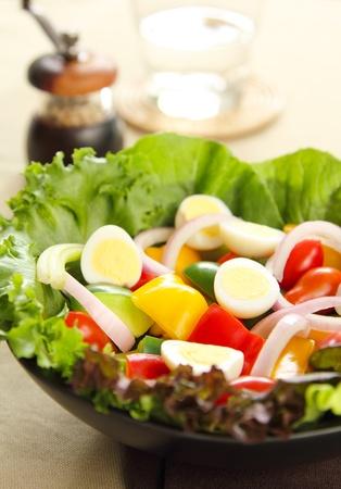 huevos de codorniz: Sana ensalada con huevos de codorniz Foto de archivo