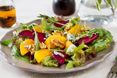 betabel: Remolacha, queso azul y naranja ensalada Foto de archivo