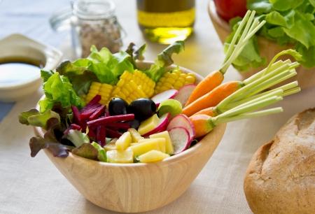 betabel: La zanahoria bebé, ensalada de remolacha y el maíz Foto de archivo