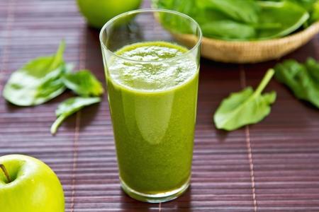 Spinazie met smoothie van groene appel en selderie Stockfoto