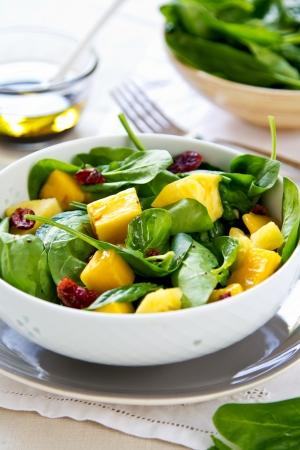 legumbres secas: Mango y Piña con ensalada de espinacas y arándanos secos