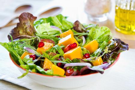 mango fruta: Mango con granada, lechuga y ensalada de r�cula