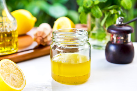 신선한 재료로 집에서 만든 레몬 비네 그레트 드레싱 스톡 콘텐츠