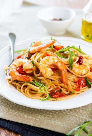 comida italiana: Espaguetis con gambas, tomate cherry y r�cula (espaguetis con gamberetti e rucola)