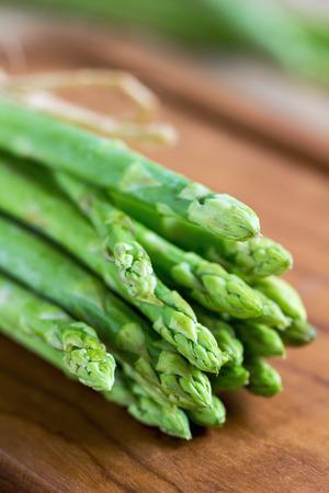 まな板: Bunch of Asparagus on  wooden chopping board 写真素材