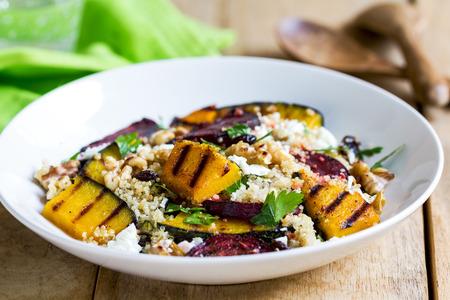 betabel: Quinoa con calabaza a la plancha y ensalada de remolacha por vinagreta Foto de archivo