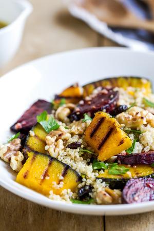 alimentacion sana: Quinoa con calabaza a la plancha y ensalada de remolacha por vinagreta Foto de archivo