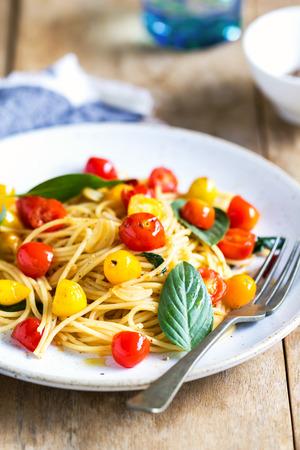 tomate cherry: Espaguetis con tomate cherry rojo y amarillo de la sal del mar Foto de archivo