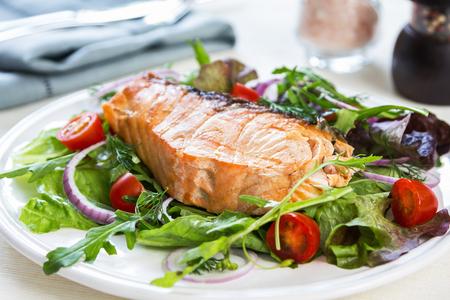 comidas: Filete de salmón a la plancha con ensalada fresca