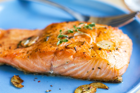 ajos: Grilled Salmon with garlic and herb by lemon Foto de archivo