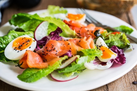 salmon ahumado: Salmón ahumado con ensalada de huevos hervidos por un poco de pan Foto de archivo