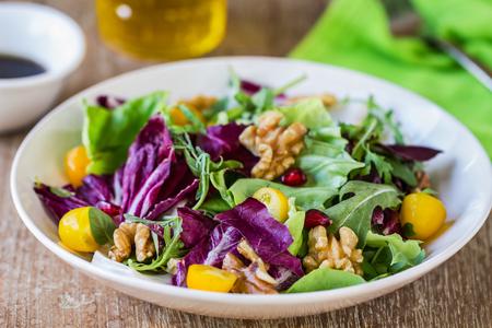 Radicchio mit Rucola, Nussbaum und Granatapfel-Salat Standard-Bild
