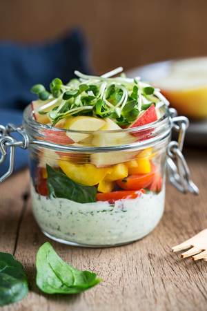 ensalada tomate: Spinach,apple,pepper and tomato salad with yogurt herb dressing in a jar