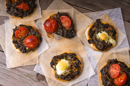 mini pizza: Mini pizza with spinach, eggs and cherry-tomatoes