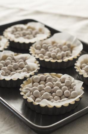 Baking dough tarts with ceramic beans