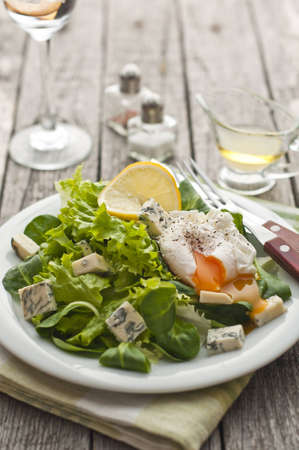 baby spinach: Fresh green salad with baby spinach, lettuce, blue cheese and poached egg