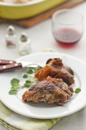 pasen schaap: Een plaat met Pasen lamsvlees met kruiden en wijn