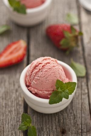 coppa di gelato: Gelato alla fragola in un bicchiere