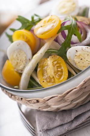 huevos de codorniz: Ensalada fresca con tomates cherry amarillos, hinojo y huevos de codorniz