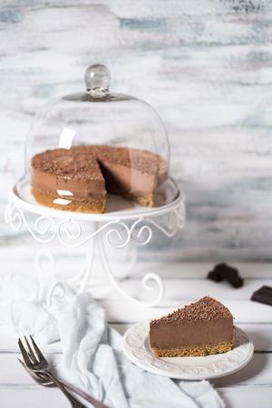 trozo de pastel: tarta de chocolate en un soporte de la torta Foto de archivo