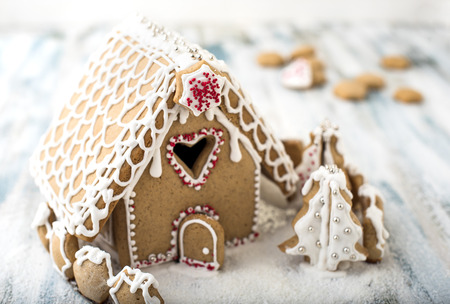 Lebkuchen-Weihnachtshaus, verziert mit Zuckerglasur Standard-Bild - 83334461