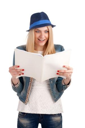 Geschokt dame lezen womens tijdschrift