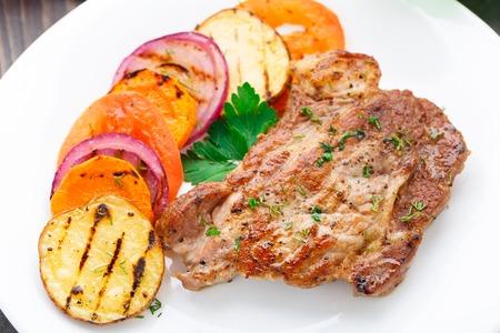 おいしいステーキ皿に炒め野菜付き