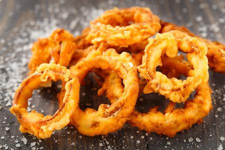 Aros de cebolla caseros crujientes fritas en una mesa