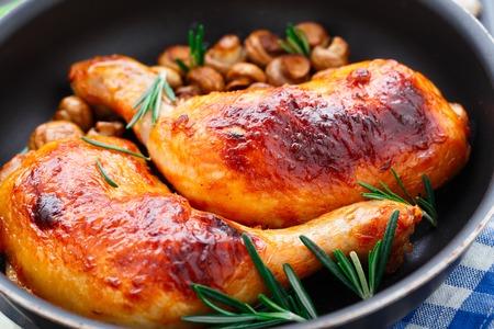 carne de pollo: Piernas de pollo asado con mushrums en una sartén