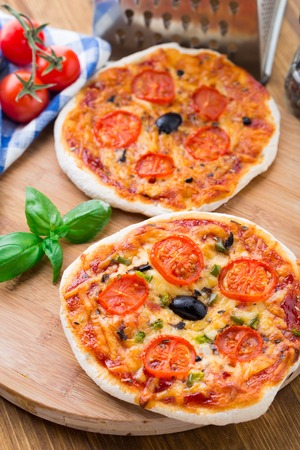mini pizza: Vegetarian mini pizza with cherry tomatoes, paprika and olives