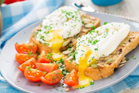 poach: Sandwich with poached egg and cherry tomatoes