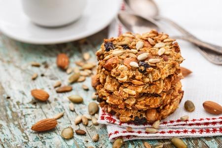 Zelfgemaakte havermout koekjes met zaden en rozijnen
