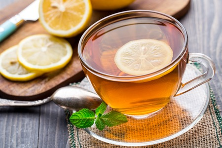tazza di te: Tazza di tè con la menta e limone Archivio Fotografico