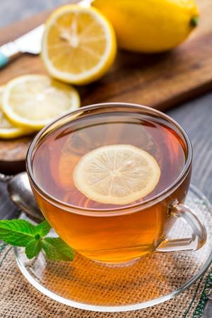 Kopje thee met munt en citroen Stockfoto